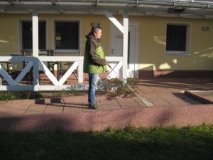 Blindnerd auf der Rampe vor dem Ferienhaus