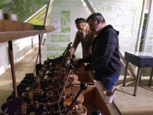 Betasten eine Glasschleif-Maschine von 1915